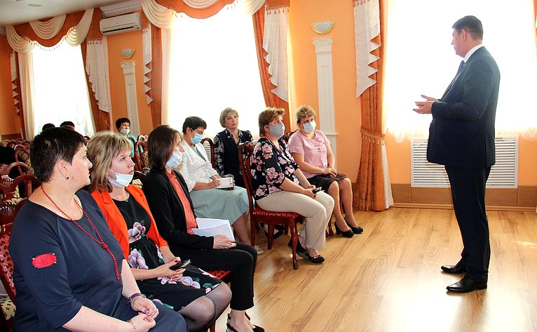 Виктор Смирнов врамках рабочей поездки врегион встретился спедагогами дошкольных образовательных организаций г. Заволжска
