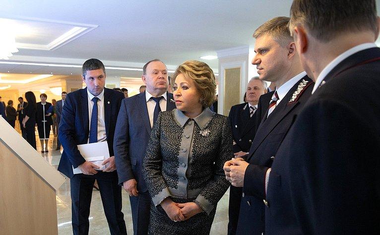 Осмотр выставки РЖД вСовете Федерации