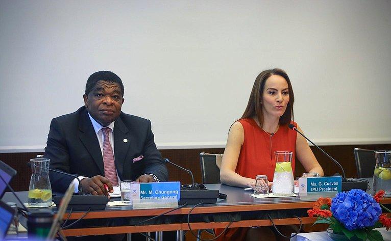 Генеральный секретарь Межпарламентского союза Мартин Чунгонг иПредседатель МПС Габриэла Куэвас Баррон