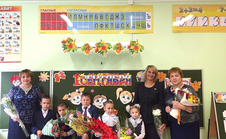 Наталия Косихина приняла участие вторжественной линейке Полянской основной школы вдеревне Поляна Гаврилов-Ямского района Ярославской области