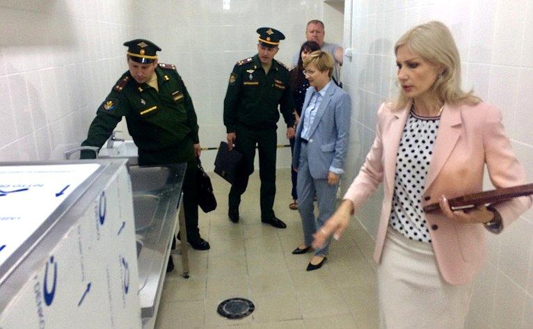 Людмила Бокова посетила одну изместных школ вг. Шиханы, находящейся введении министерства обороны