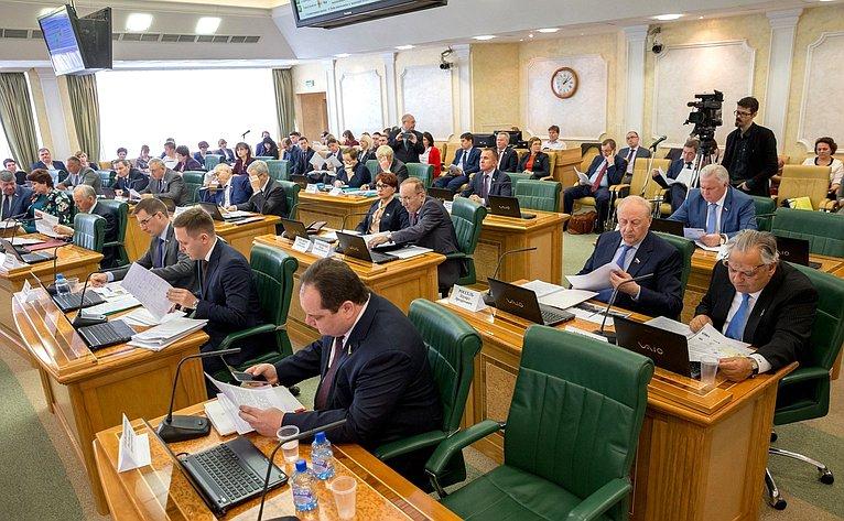 Заседание Комитета СФ побюджету ифинансовым рынкам сучастием представителей органов власти Мурманской области