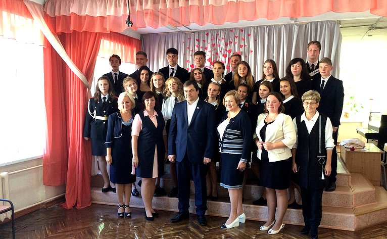 Игорь Фомин провел открытый урок всредней школе №6 города Тихвина натему «Современные профессии»