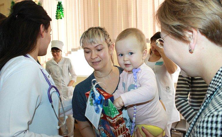 Людмила Бокова навестила ипоздравила спраздником детей, оказавшихся посостоянию здоровья вне дома накануне Нового года
