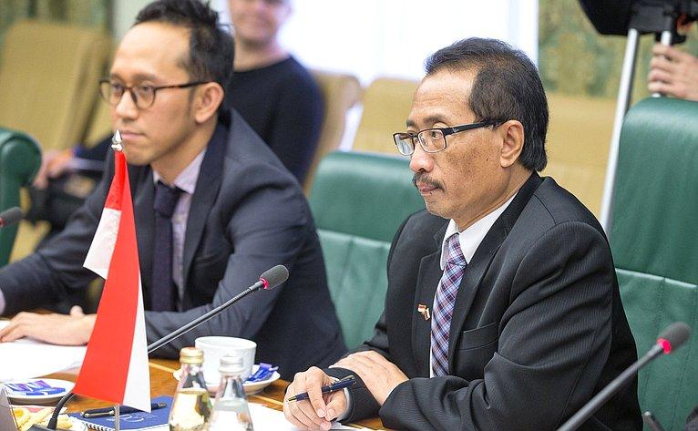 Встреча И. Умаханова иЛ. Гумеровой сЧрезвычайным иПолномочным Послом Республики Индонезия вРоссийской Федерации Вахидом Суприяди