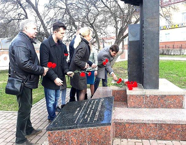 Возложение цветов кмемориалу вСмоленске