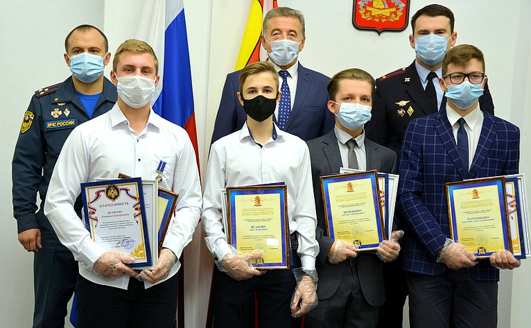 С. Лукин вручил награды юным героям вВоронеже