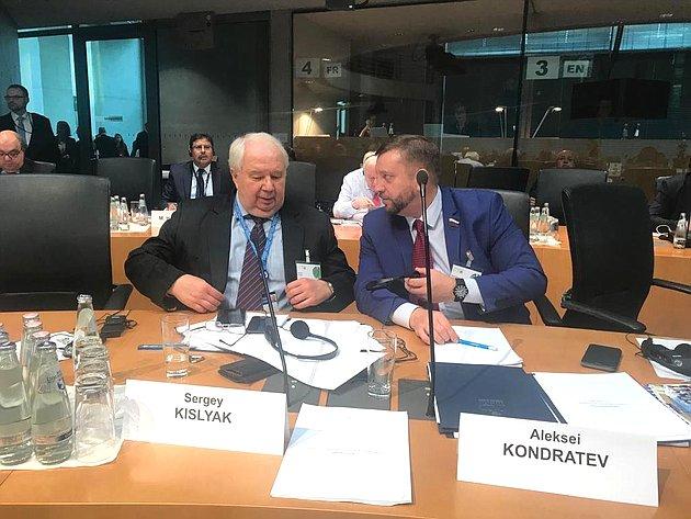Представители делегации Совета Федерации Сергей Кисляк иАлексей Кондратьев назаседании комиссий ПАСЕ