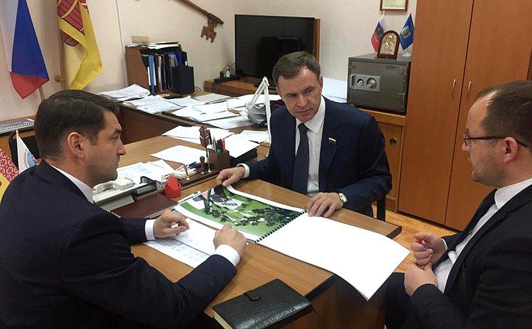 Виктор Новожилов провёл встречу сВиктором Черняевым, главой МО «Вельское» Дмитрием Ежовым