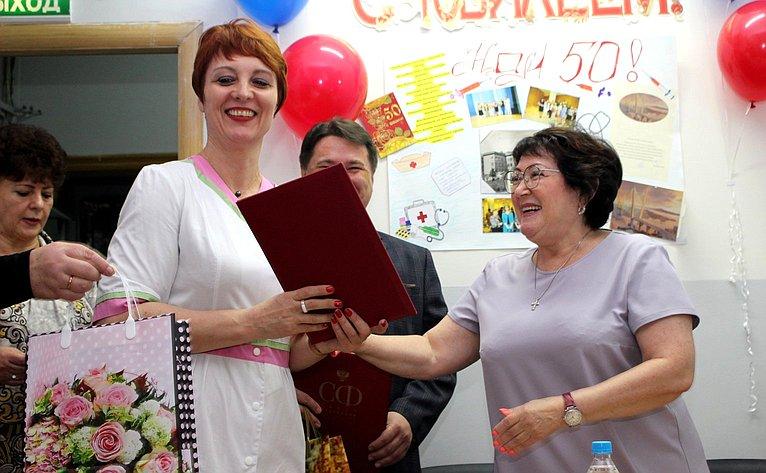 Сенатор Людмила Талабаева поздравила Владивостокскую поликлинику №3 сполувековым юбилеем