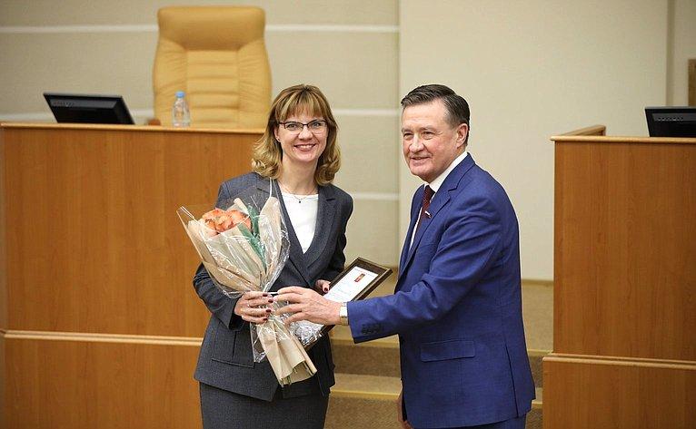 Сергей Рябухин вручил заслуженным парламентариям почетную грамоту иблагодарности Председателя Совета Федерации заактивное участие взаконодательной деятельности