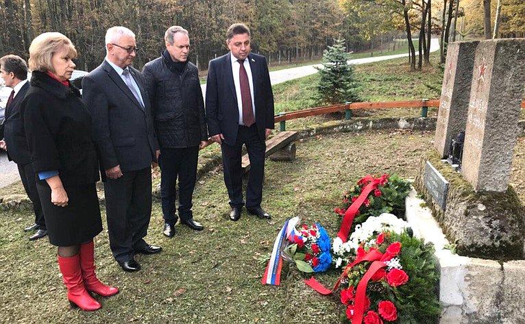Возложение венков кмонументу освободителям намемориале Славин