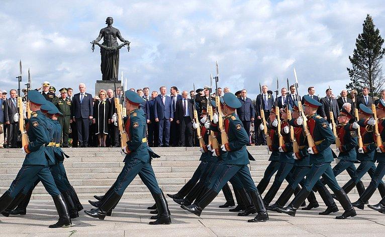 В. Матвиенко приняла участие вторжественной траурной церемонии наПискаревском мемориальном кладбище