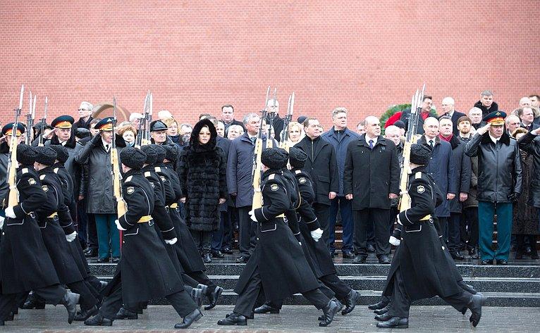 Валентина Матвиенко приняла участие вцеремонии возложения венка ицветов кМогиле Неизвестного Солдата