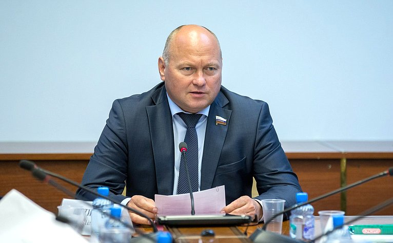 А. Кондратенко провел совещание повопросу обострения ситуации сразмещением отходов вг. Санкт-Петербурге иЛенинградской области