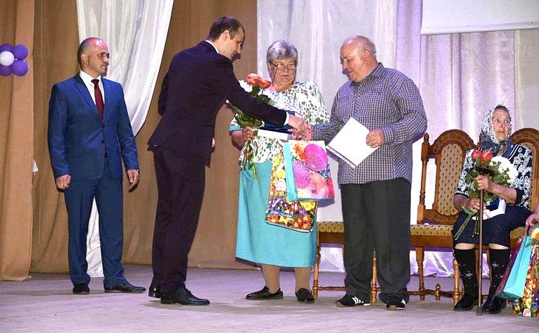 Сергей Леонов поздравил семейные пары сДнем семьи, любви иверности