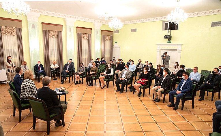 Комитет СФ понауке, образованию икультуре вг. Дубне Московской области провел совместно сОбъединенным институтом ядерных исследований выездное заседание