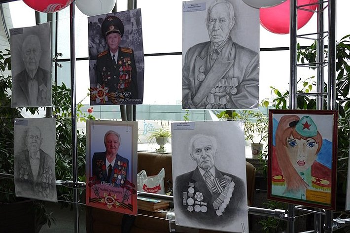 В преддверии празднования 70-летия со Дня Победы в Амурской области открыли творческую выставку художественных работ юных амурчан, которые нарисовали портреты участников боевых действий