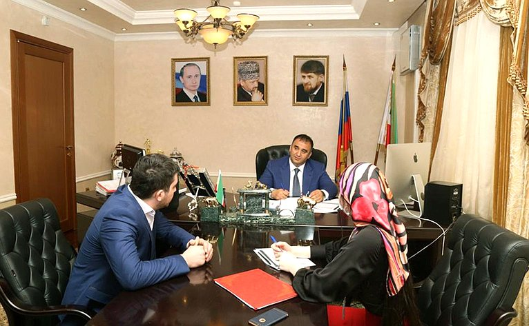 Мохмад Ахмадов провел обсуждение поправки кКонституции РФ спредставителями общественности Чеченской Республики