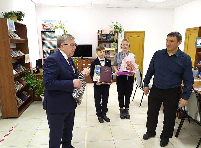 Валерий Рязанский встретился спедагогом дополнительного образования Свободинской средней общеобразовательной школы Игорем Бойку