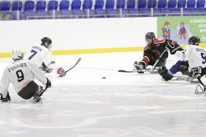 Юлия Вепринцева вручила следж-хоккеистам детской команды «Ладога» из города Алексин специальные санки для этой игры