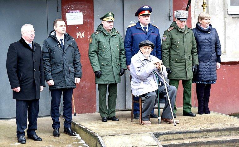 Сергей Леонов поздравил участника битвы заЛенинград Михаила Семеновича Кугелева сднем 76-й годовщины полного освобождения Ленинграда отфашистской блокады