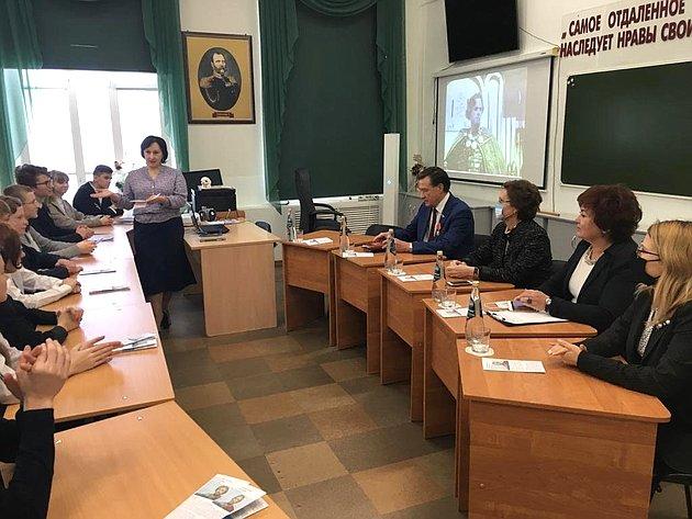 Сергей Рябухин провел единый классный час вМариинской гимназии Ульяновска, приуроченного коткрытию юбилейного года