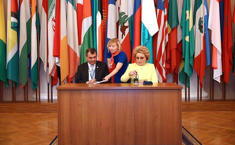 Валентина Матвиенко иПредседатель МПС Сабер Чоудхури приняли участие вцеремонии памятного гашения почтовой марки, посвященной 137-й Ассамблее Межпарламентского союза