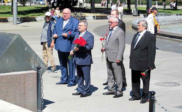 Возложение цветов кмонументу воина-освободителя наШварценбергплатц