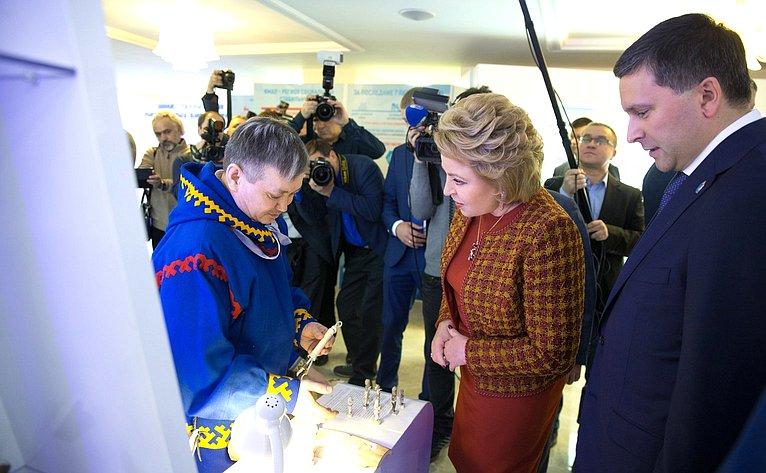 Валентина Матвиенко иДмитрий Кобылкин осмотрели выставку «Ямал– сердце российской Арктики», которая открылась вСовете Федерации
