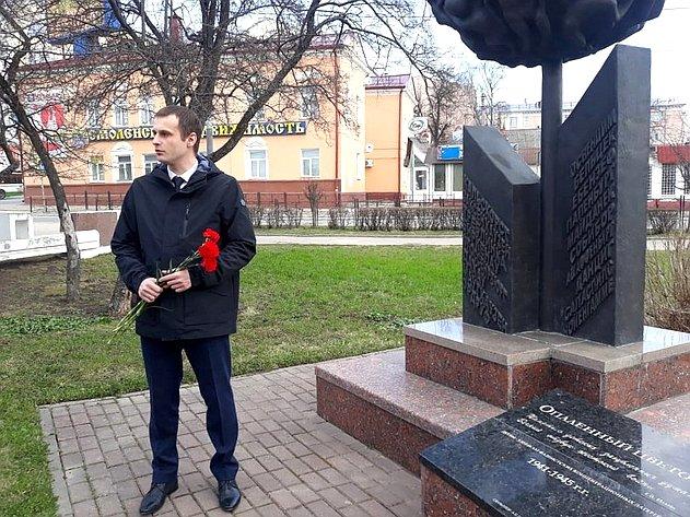 Сергей Леонов возложил цветы кпамятнику малолетним узникам