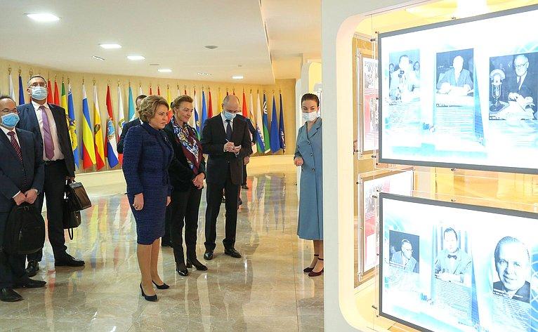 Валентина Матвиенко иМария Пейчинович-Бурич осмотрели открывшуюся вверхней палате парламента выставку «75 лет создания Организации Объединенных Наций»