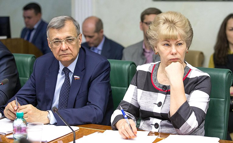 С. Жиряков иТ. Гигель назаседании Комитета Совета Федерации поаграрно-продовольственной политике иприродопользованию