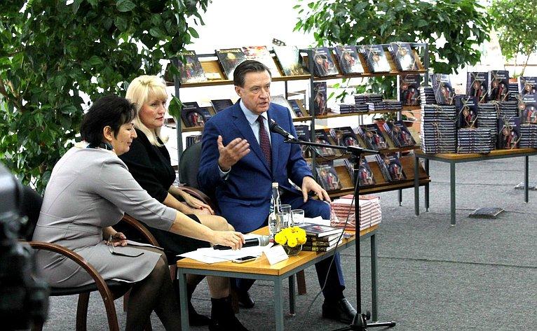 Сергей Рябухин принял участие вакции дарения книг, которая прошла вУльяновской областной библиотеке для детей июношества имени С.Т. Аксакова