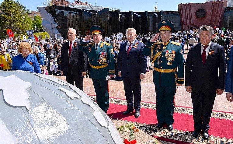 После шествия «Бессмертный полк» вХабаровске состоялось возложение венка ицветов кВечному огню наплощади Славы