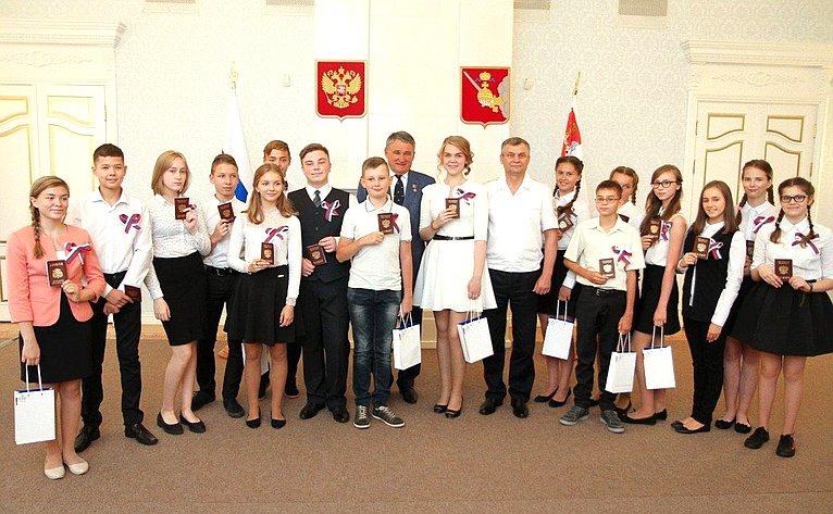 Ю. Воробьев вручил паспорта юным вологжанам