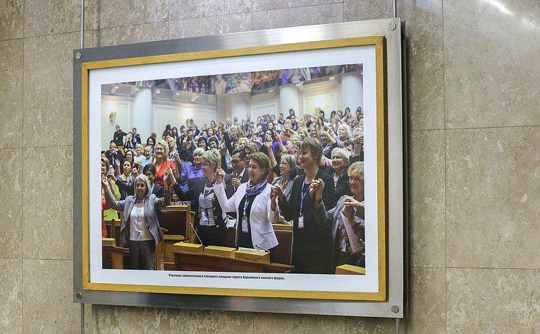 ВМоскве настанции метро «Выставочная» открылась фотовыставка «Женский взгляд намировые проблемы»