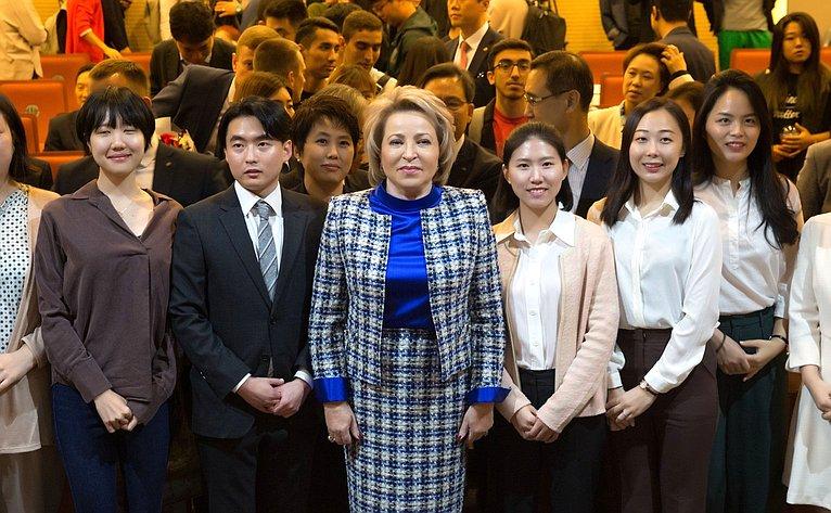 Валентина Матвиенко выступила слекцией перед студентами ипреподавателями Университета иностранных языков «Хангук» вСеуле