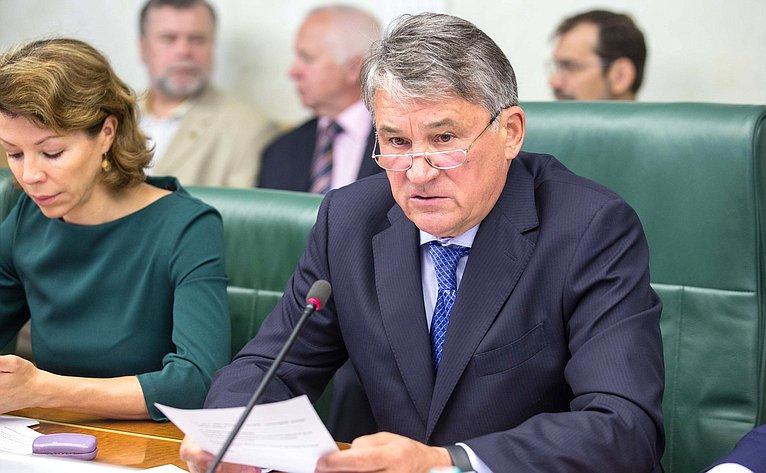 Ведет заседание Комитета общественной поддержки жителей Юго-Востока Украины Ю. Воробьев