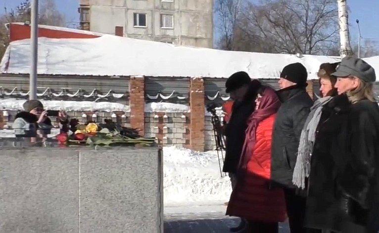 Людмила Талабаева приняла участие вцеремонии возложения цветов кмемориалу воинам, погибшим вгоды Великой Отечественной войны