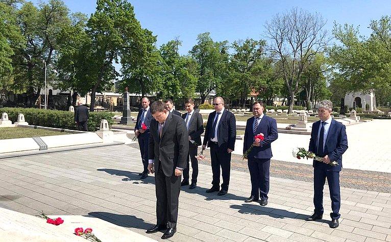 Участники делегации посетили Центральное кладбище Будапешта, возложили цветы кМемориалу советским воинам