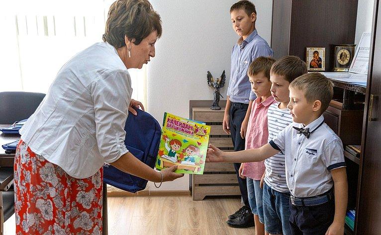 Екатерина Алтабаева врамках Всероссийской акции «Собери ребёнка вшколу» вручила детям севастопольских семей ранцы, школьные принадлежности икниги
