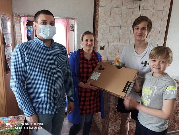 Валерий Марков, зная реальную ситуацию, решил помочь изакупил 10 ноутбуков для особо нуждающихся семей вРеспублике Коми