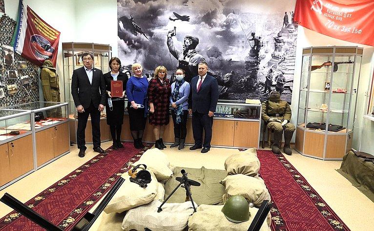 Денис Гусев побывал влучшем школьном музее памяти Великой Отечественной войны вНенецком АО