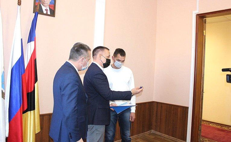Олег Алексеев передал медаль «Забоевые заслуги» родственникам участника Великой Отечественной войны