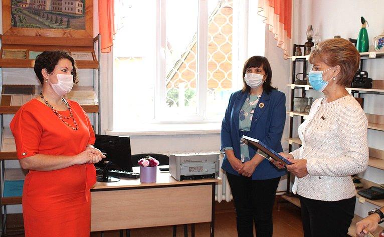 Татьяна Гигель входе рабочей командировки порегиону встретилась сколлективом школы №13, одной изстарейших вГорно-Алтайске