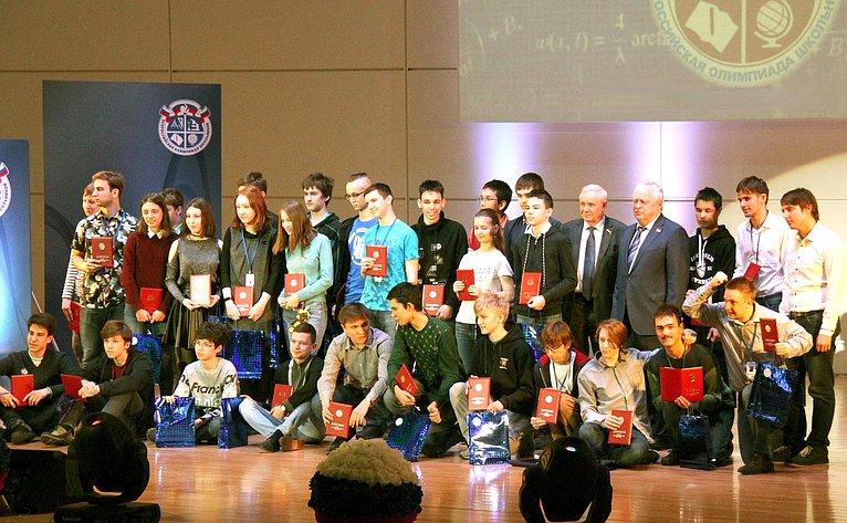 Валерий Марков выступил сприветственным словом перед участниками предметной олимпиады поматематике
