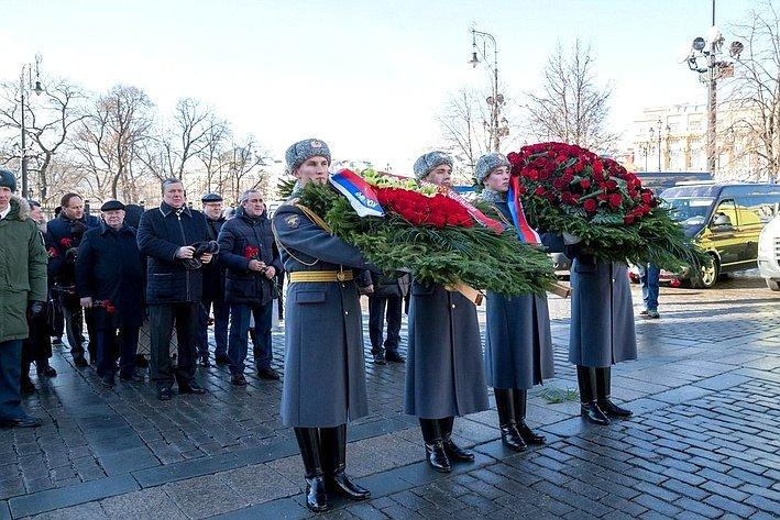 Е. Бушмин принял участие ввозложении венков кпамятнику маршалу Г. Жукову