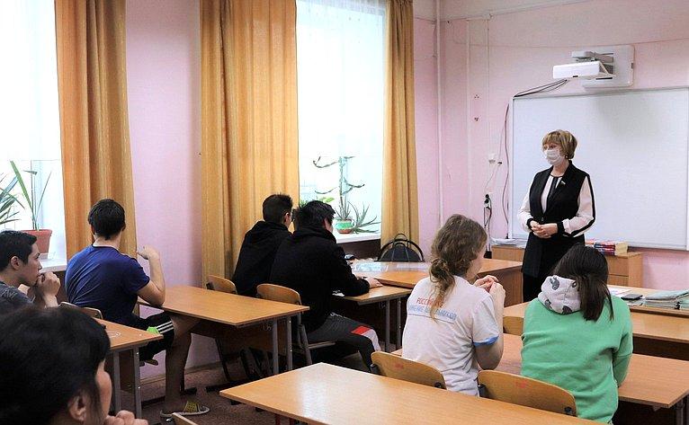 Римма Галушина провела встречу состаршеклассниками врамках региональной недели