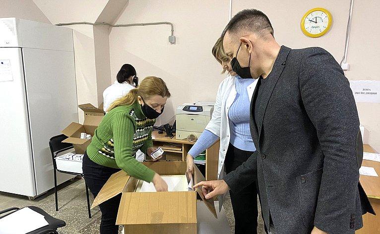 Олег Алексеев посетил Саратовский аптечный склад, набазе которого организовано централизованное хранение вакцинных препаратов